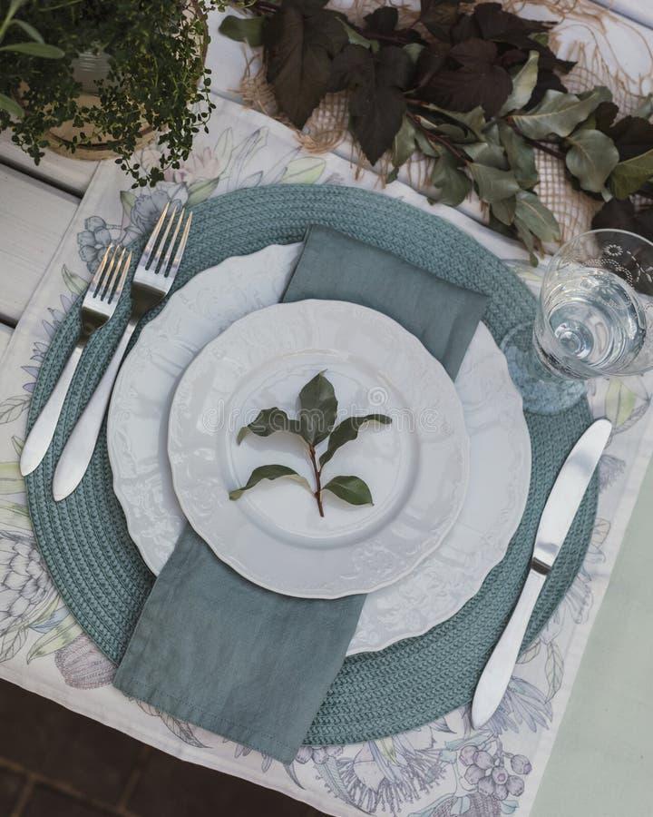 Лето праздника или предыдущая осень вне сервировки стола с linen салфетками и листьями зеленого цвета конец вверх стоковая фотография