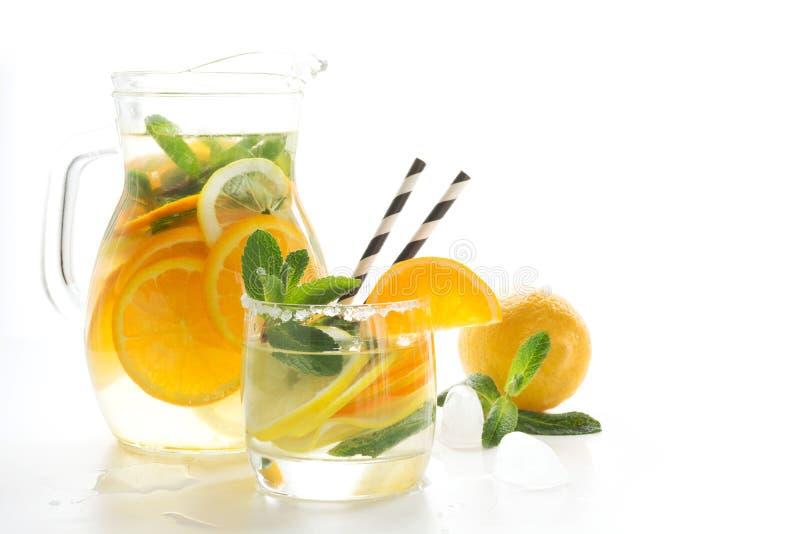 Лето приносить лимонад с льдом и мятой на белизне конец вверх стоковая фотография rf