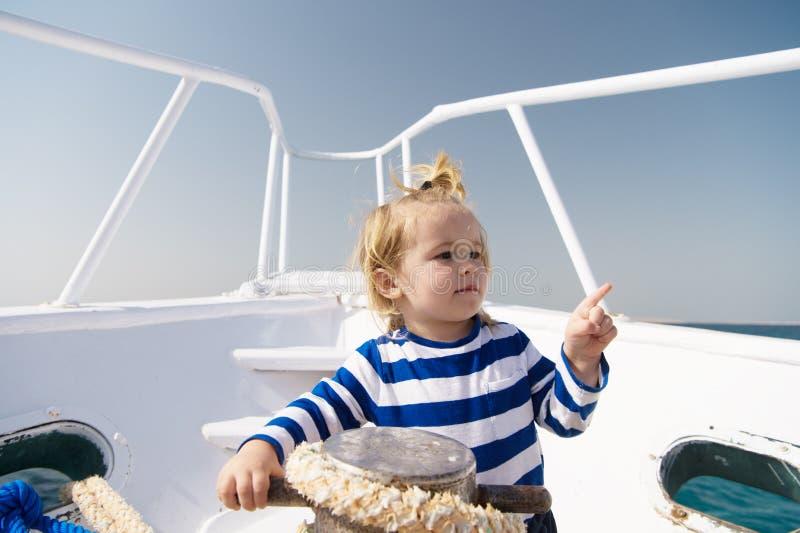 Лето путешествуя с семьей ребенк наслаждается летними каникулами мода лета морская самое лучшее лето всегда маленький мальчик мат стоковые изображения rf