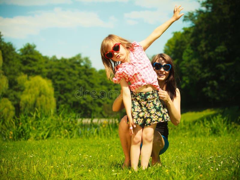 Лето Ребенок ребенк девушки играя с матерью внешней стоковые изображения rf