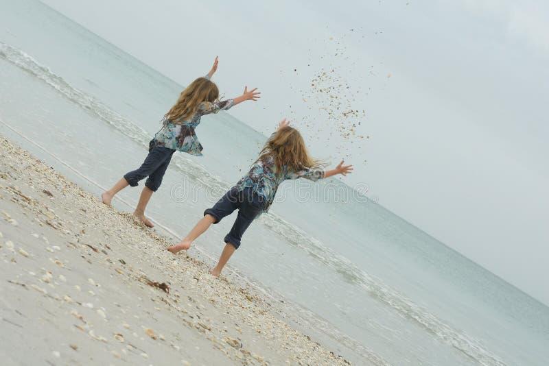 лето сестры seashells стоковое фото rf