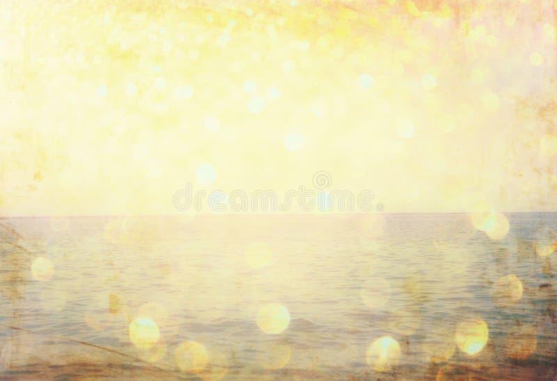 Лето слова написанное на песке пляжа и светах gliiter золотых стоковые фото