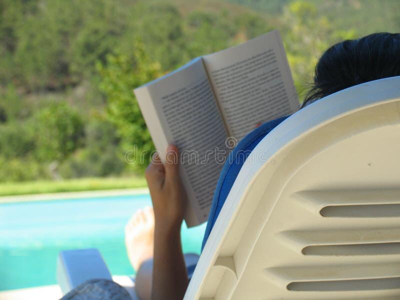 лето чтения стоковая фотография