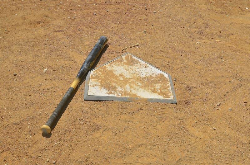 Летучая мышь выведенная бейсболом на домашней плите стоковая фотография rf