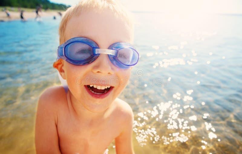 4 лет старого мальчика играя на пляже с плавая стеклами стоковые изображения rf