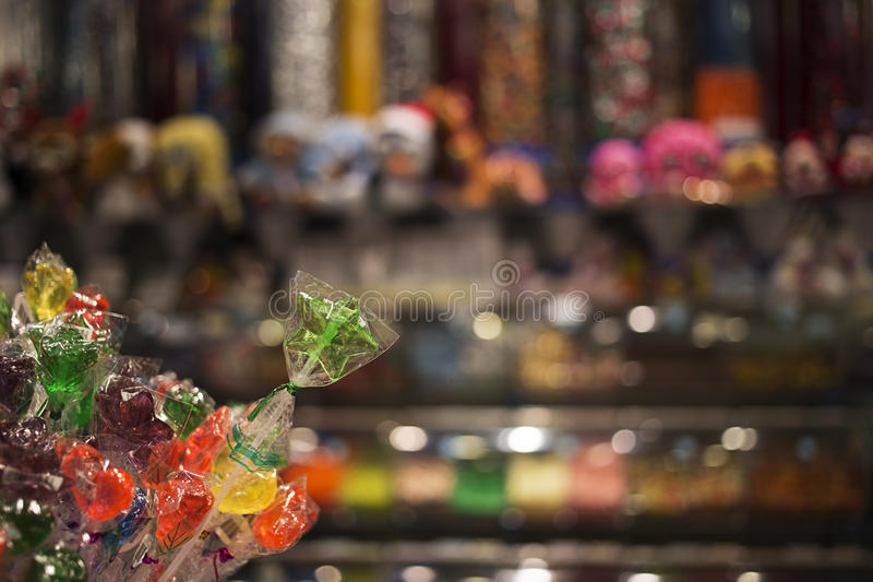 Леденцы на палочке звезды форменные перед магазином конфеты стоковая фотография
