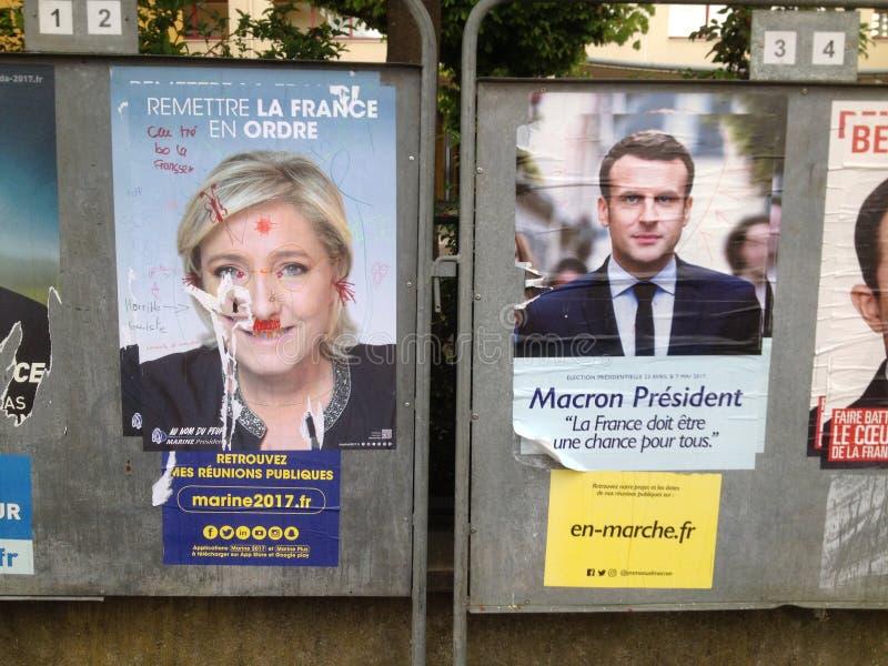 ЛЕ-МАН, ФРАНЦИЯ - 28-ОЕ АПРЕЛЯ 2017: 2 выбранного который пошли к второму кругу французских плакатов должностного лица президентс стоковые изображения rf