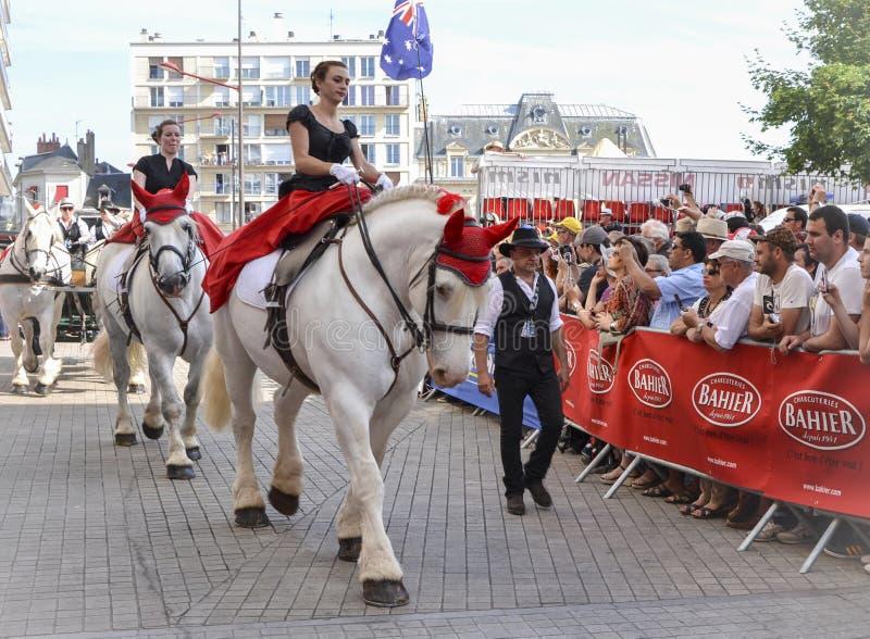 ЛЕ-МАН, ФРАНЦИЯ - 13-ОЕ ИЮНЯ 2014: Белая лошадь с всадником Парад участвовать в гонке пилотов стоковое фото rf