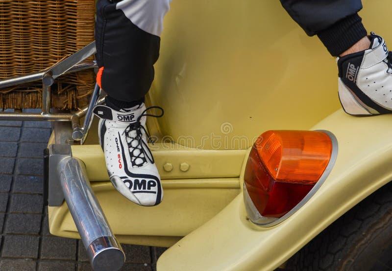ЛЕ-МАН, ФРАНЦИЯ - 16-ОЕ ИЮНЯ 2017: Детали ботинок и формы гонок одного из гонщика на параде участвовать в гонке пилотов стоковое изображение