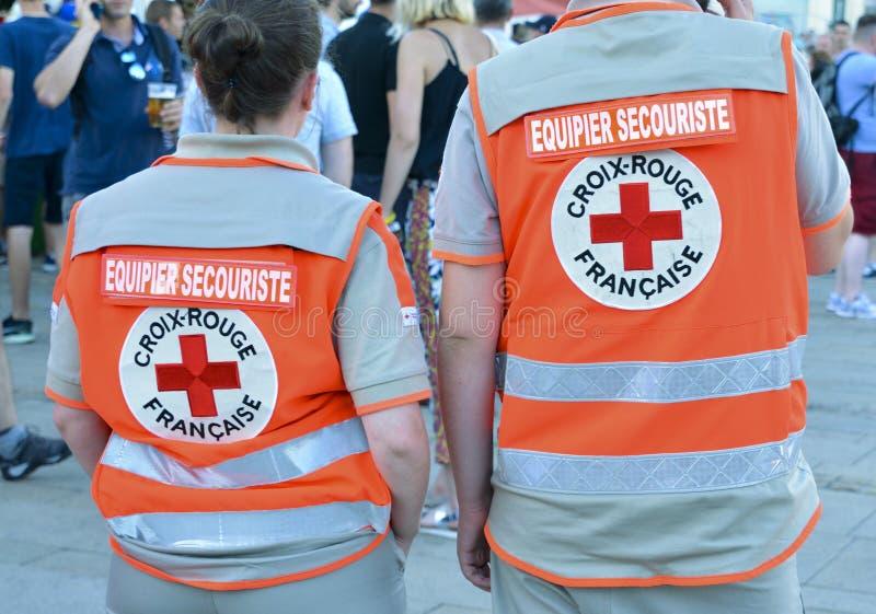 ЛЕ-МАН, ФРАНЦИЯ - 16-ОЕ ИЮНЯ 2017: Назад 2 людей которые работают в французской красной команде скорой помощи Crossa сопрягает в  стоковые изображения rf