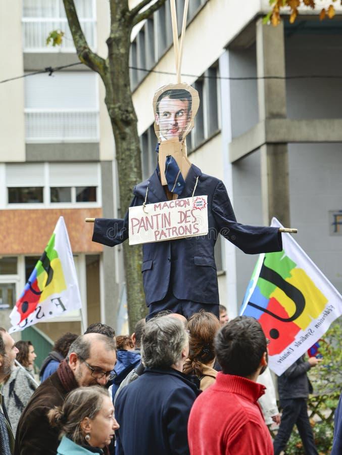 ЛЕ-МАН, ФРАНЦИЯ - 10-ОЕ ОКТЯБРЯ 2017: Диаграмма президента Франции Emmanuel Macron во время забастовки стоковые фото