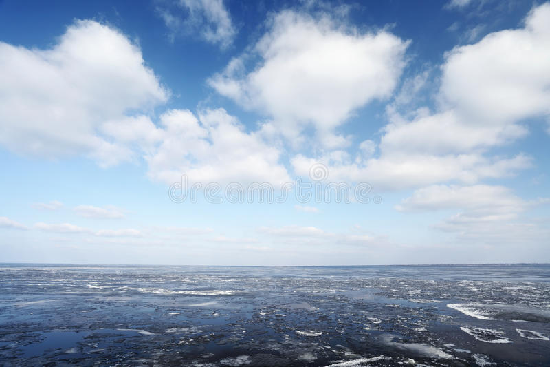 Лед на морской воде и белых облаках стоковое фото rf