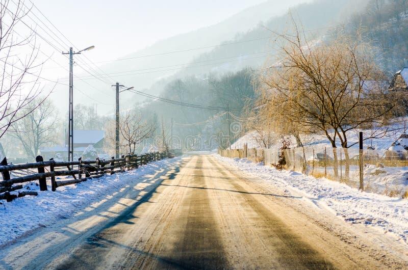 Лед на сельской дороге во время зимы стоковые изображения