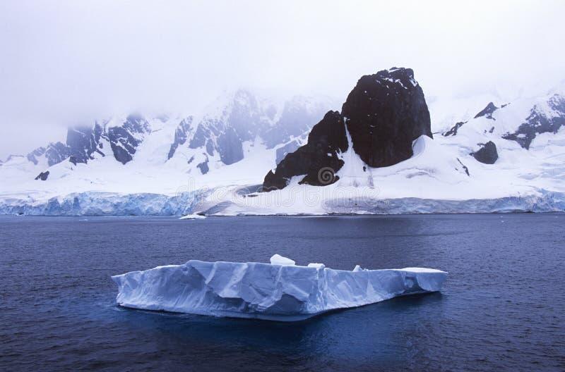 Ледники и айсберги в канале Errera на остров Culverville, Антарктику стоковые изображения rf