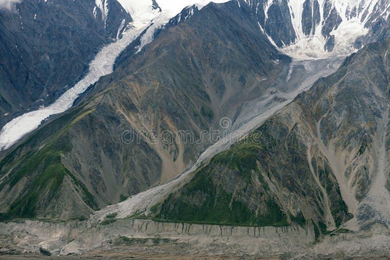 Ледники пропуская вниз с горы в национальном парке Kluane, Юконе стоковое фото rf