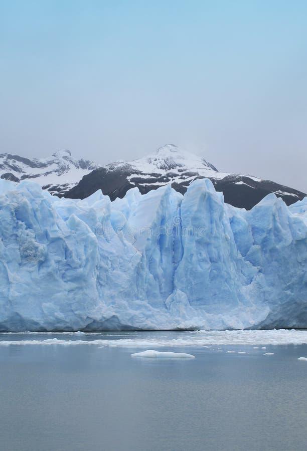 Ледник с горами и озером. стоковое изображение