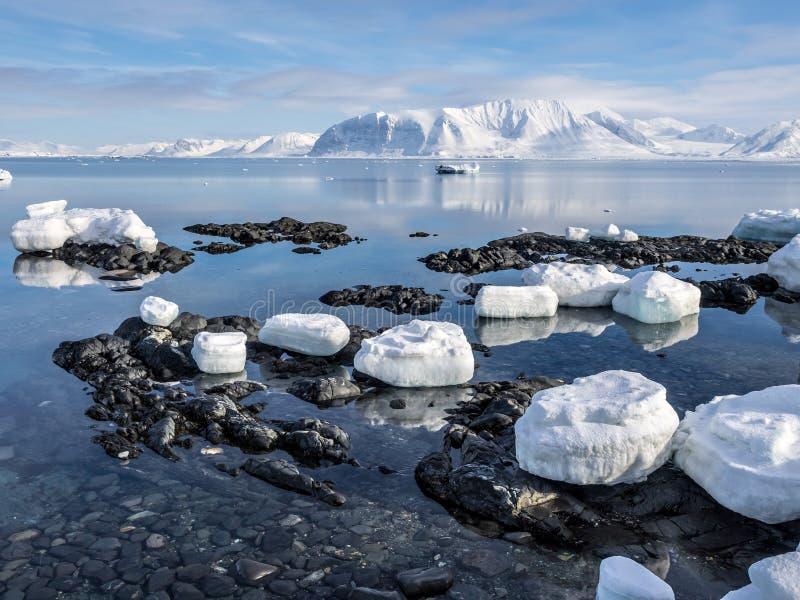 Ледовитый ландшафт - лед, море, горы, ледники - Шпицберген, Свальбард стоковые изображения rf