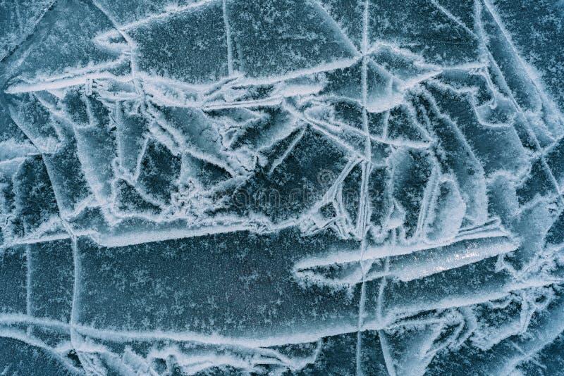 Лед треснутый на озере стоковые фотографии rf