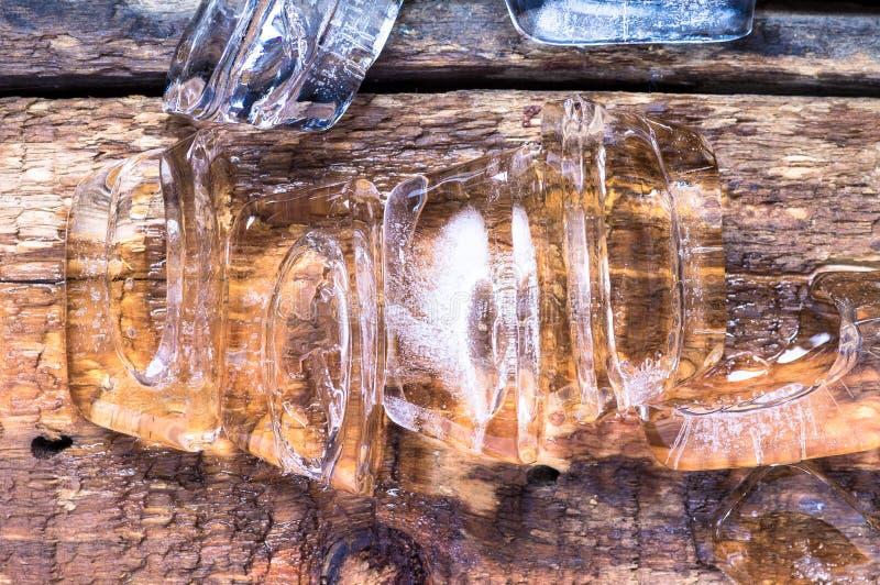 Лед частей на деревянном столе стоковые фотографии rf