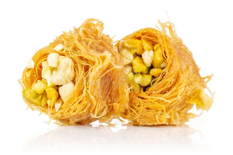 Ливанское гнездо бахлавы изолированное на белизне стоковые изображения