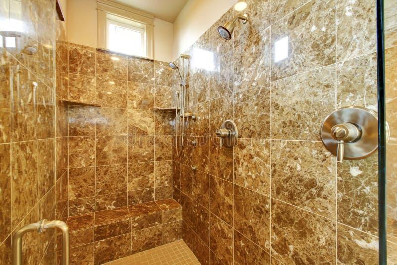 Ливень ванной комнаты с мраморными wallls и окном стоковая фотография