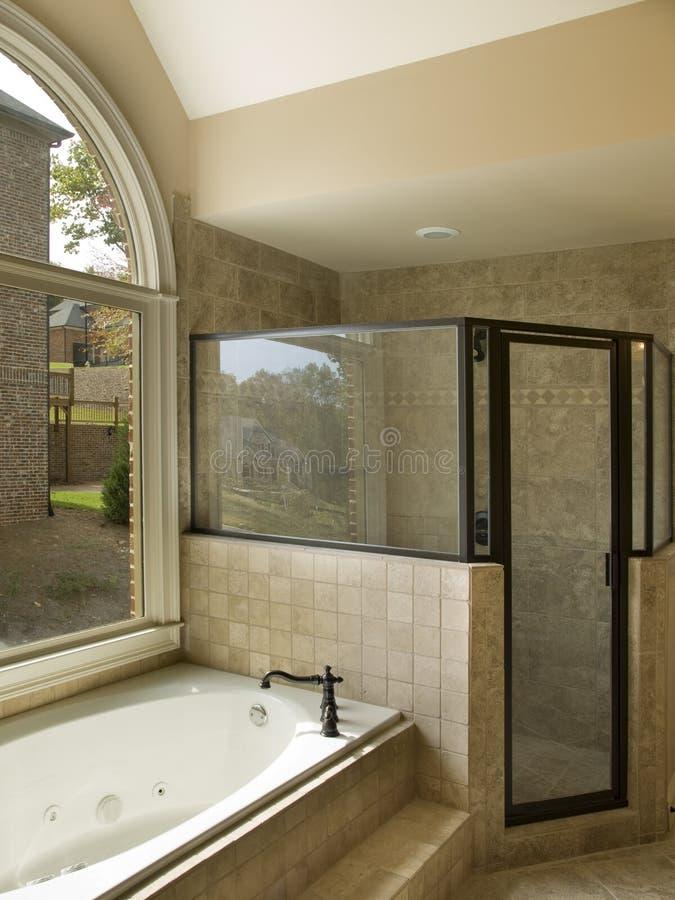 ливень jacuzzi ванной комнаты роскошный стоковое фото rf