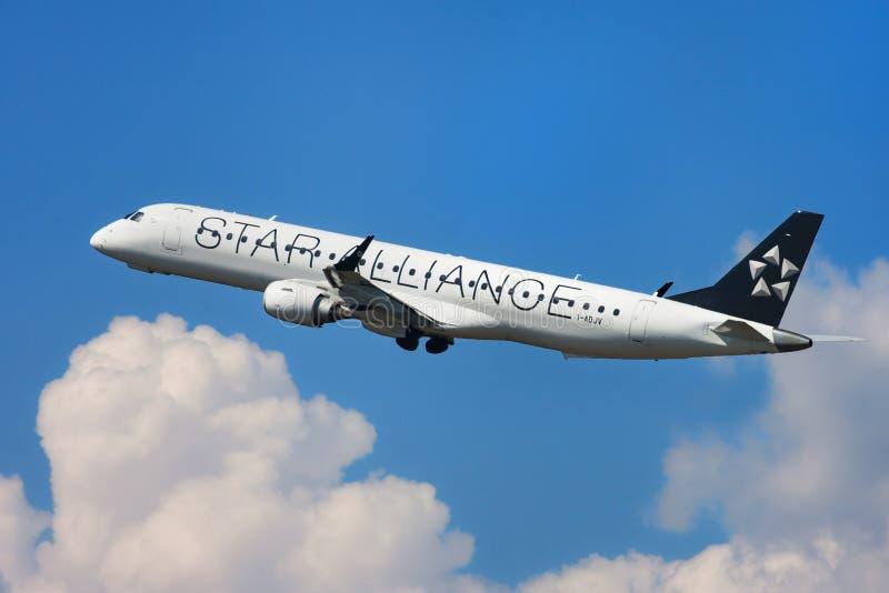 Ливрея союзничества звезды Air Dolomiti Embraer ERJ-195LR стоковая фотография rf