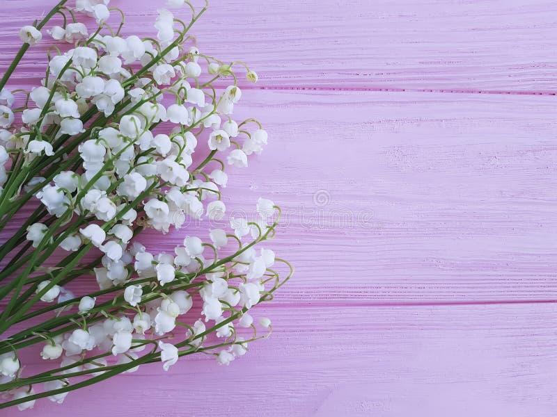 Лилии долины на розовой деревянной романской весне цветут душистое стоковые изображения rf