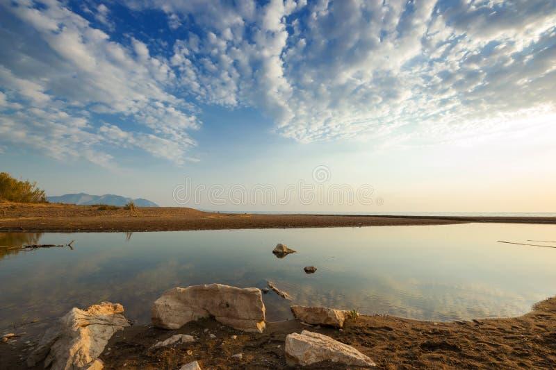 Лиман малого реки на песчаном пляже, Греция стоковые изображения rf