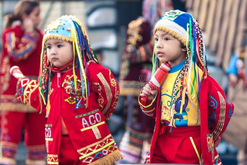 Лима/Перу - 15-ое июня 2008: Портрет латинских ребенка и мальчика одеванных в традиционном, костюма фольклора стоковые фотографии rf