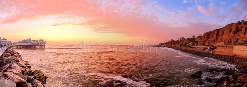 Лима, Перу, панорамный заход солнца пляжа стоковое фото rf