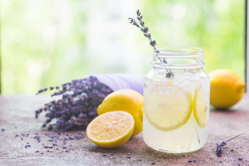 Лимонад с лимонами и лавандой стоковое изображение