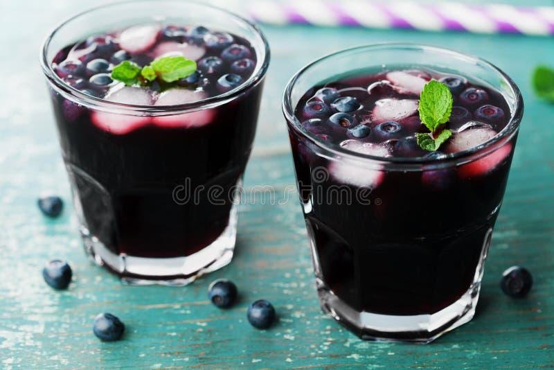 Лимонад или коктеиль голубики на таблице teal деревенской, соке ягоды лета стоковое изображение rf