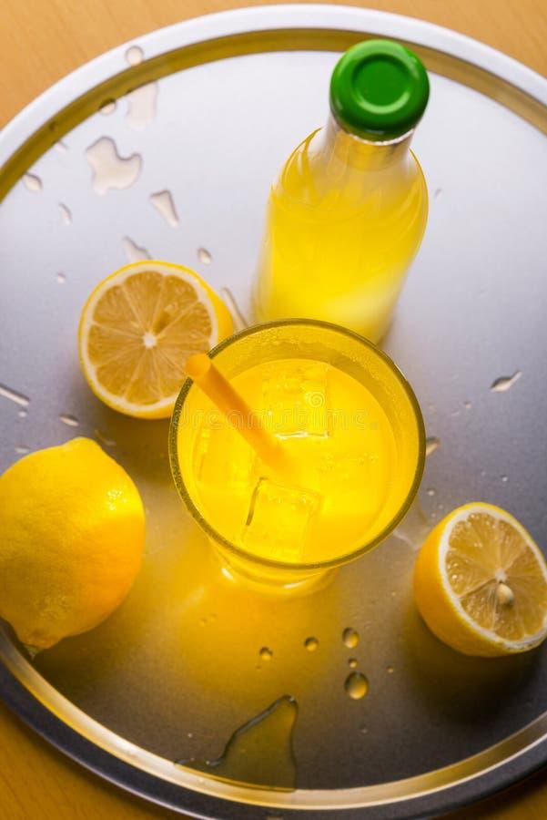 Лимонад, который служат на подносе стоковое изображение