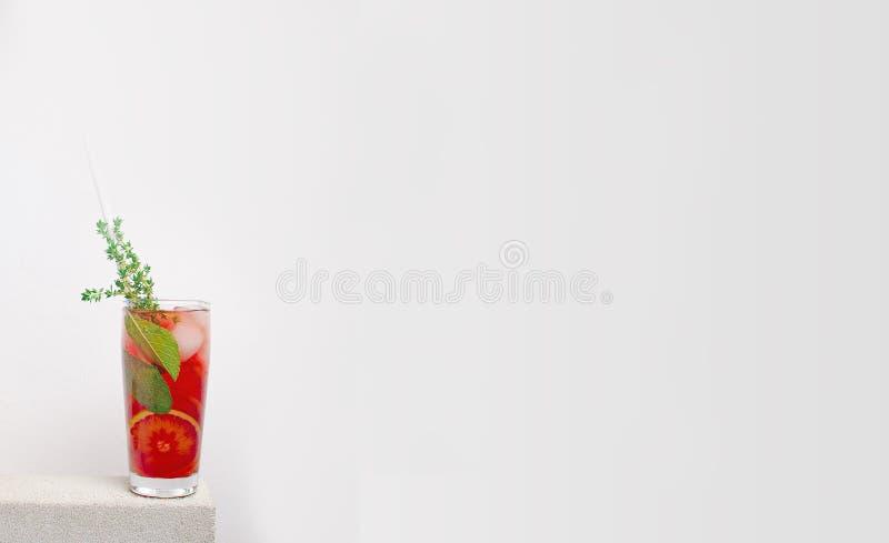 Лимонад плодоовощ холодный на каменной таблице с апельсином стоковые изображения