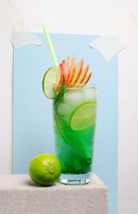 Лимонад плодоовощ холодный на каменной таблице стоковая фотография rf