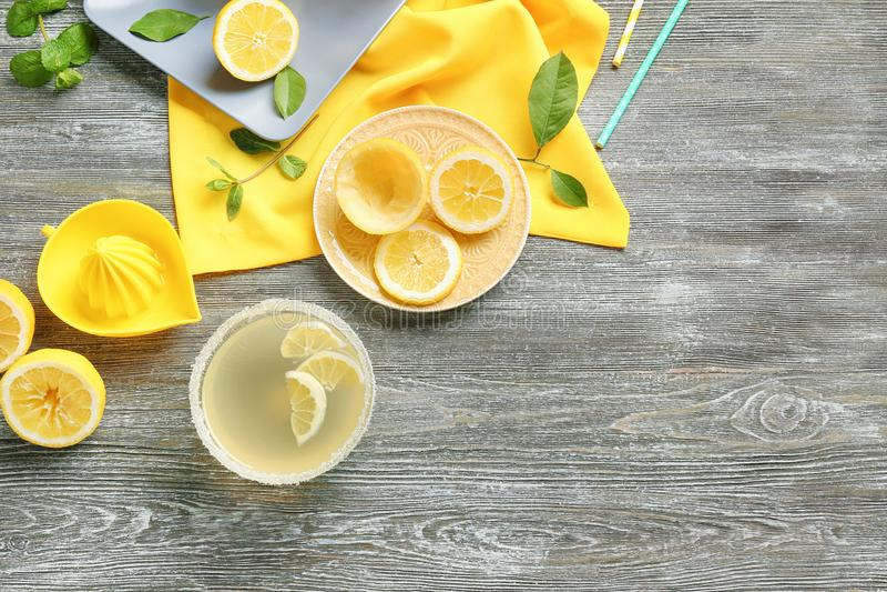 Лимонный сок в шаре и squeezer стоковая фотография rf