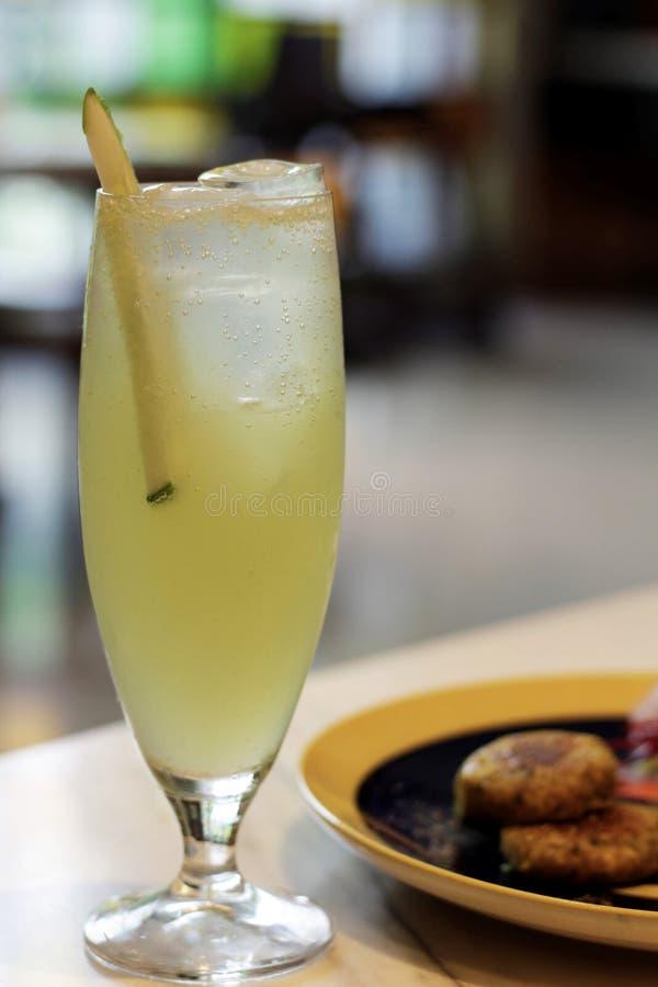 Лимонный сок служил в утре стоковое фото