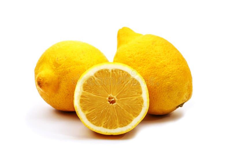 Лимоны, весь и половина изолированные на белой предпосылке белизна лимона предпосылки свежая стоковое фото