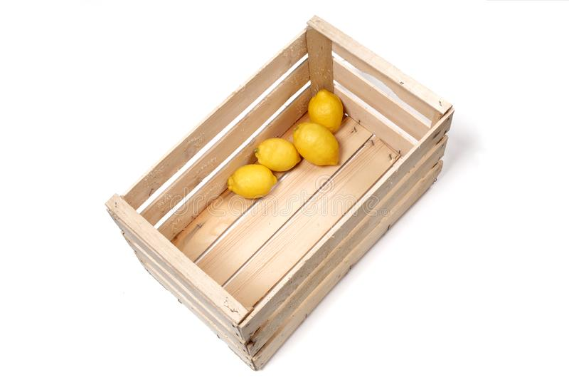 Лимоны в деревянной коробке изолированной на белой предпосылке с космосом экземпляра для вашего текста стоковые фотографии rf