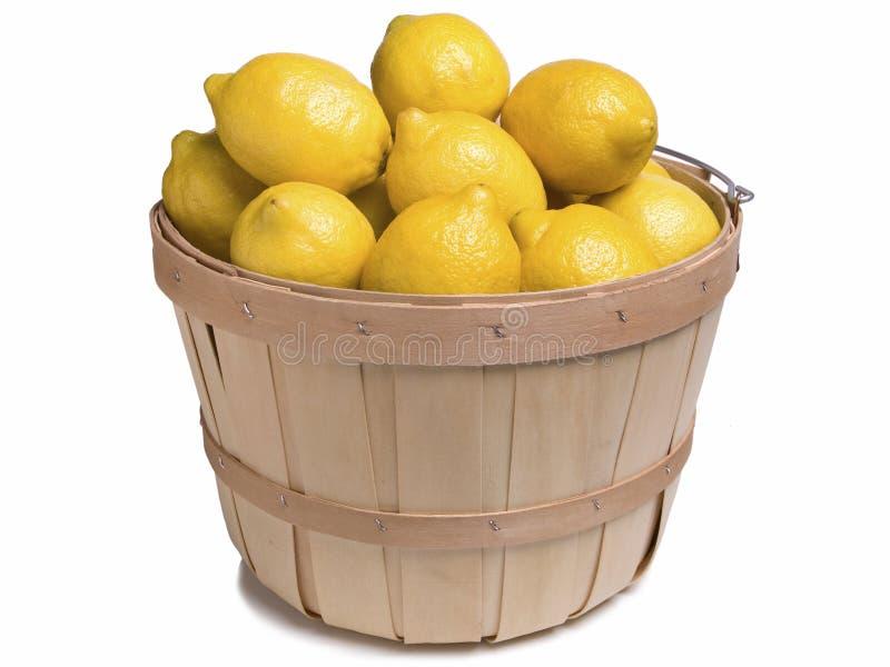 Лимоны в деревянной корзине стоковое изображение rf
