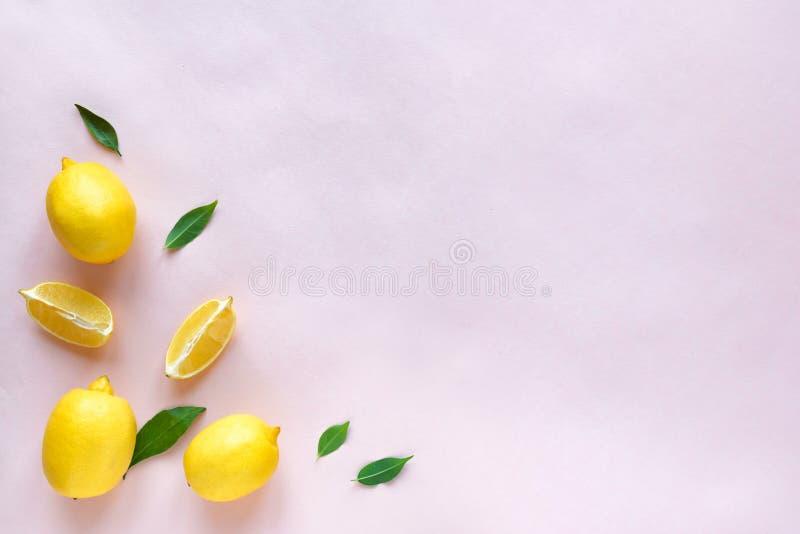 Лимоны на пинке стоковое фото