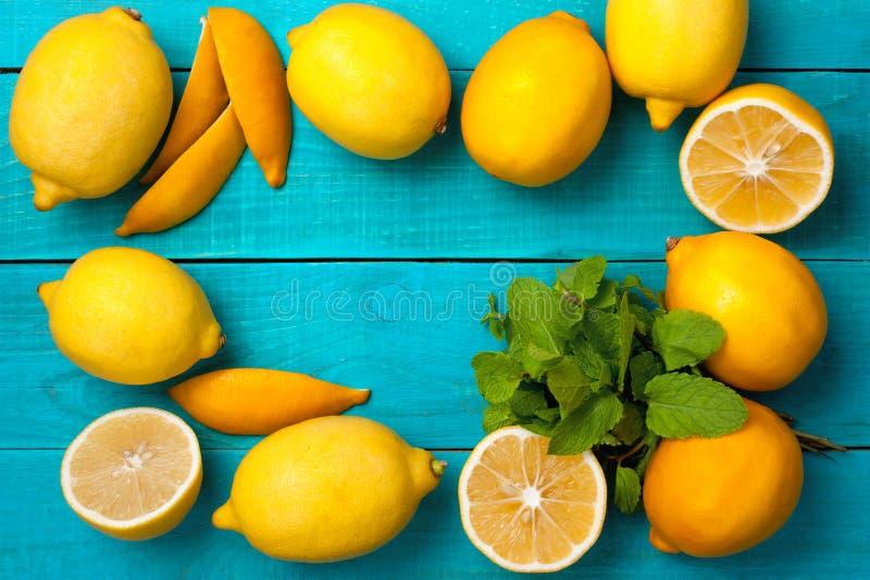 Лимоны обрамляют на яркой cyan предпосылке стоковая фотография
