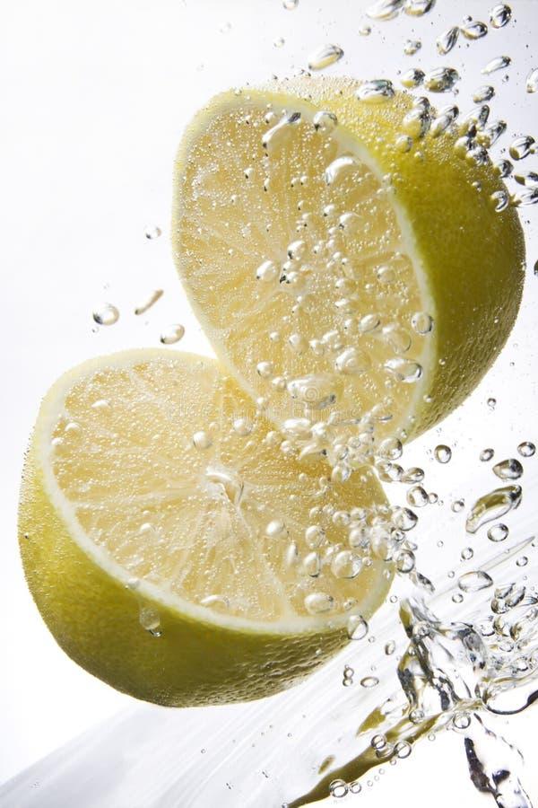 лимоны 2 под водой стоковая фотография