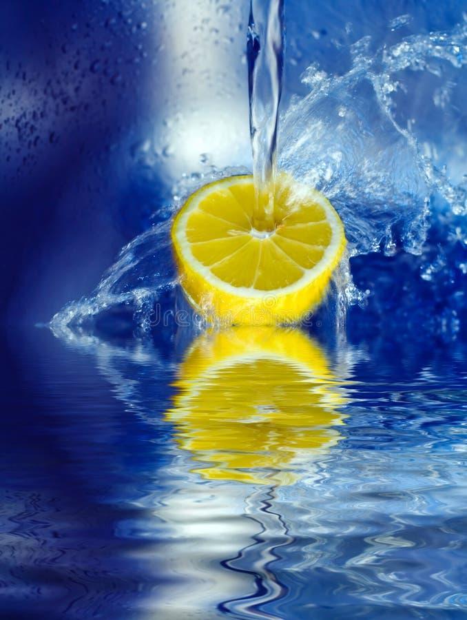 лимон брызгая воду стоковая фотография