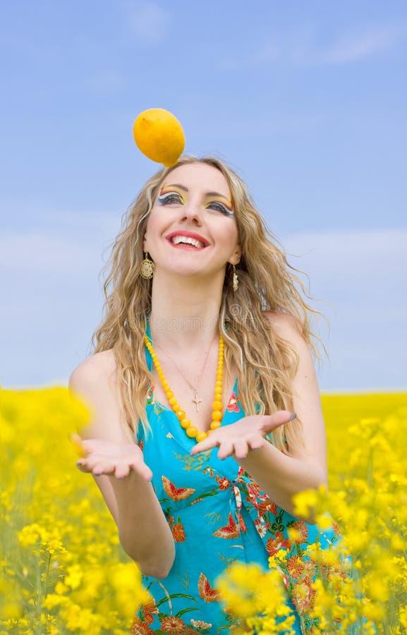 лимон вне женщины стоковые фотографии rf