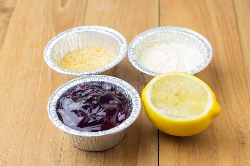 Лимон голубого пирога сыра ягоды кислый и отрезанный на деревянной предпосылке стоковые изображения rf