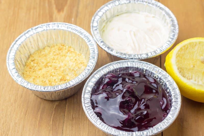 Лимон голубого пирога сыра ягоды кислый и отрезанный на деревянной предпосылке стоковые изображения