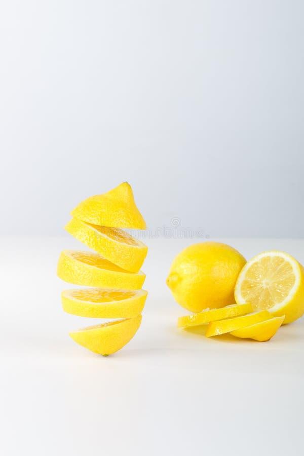 Лимон летания белизна предпосылки отрезанная лимоном Плодоовощ легкомыслия плавая в воздух стоковое фото