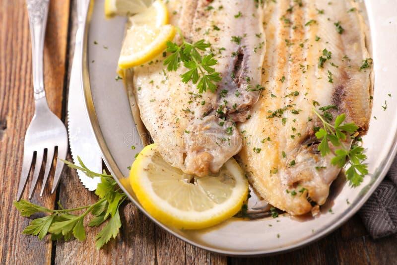 лимон зажаренный рыбами стоковые фото